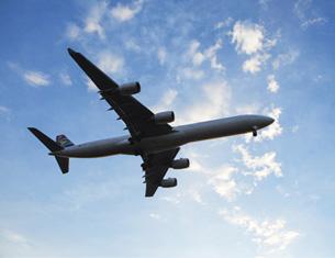 Un avión volando en el cielo