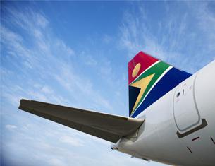 La cola de un avión con cielos azules